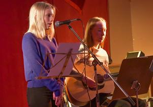 Tove Lind och Fanny Englund underhöll vid bygdeträffen i Bogården. Foto: Börje Norfeldt