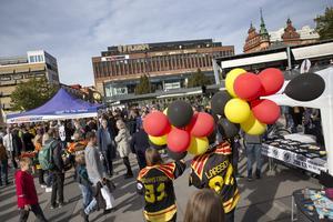Stortorget var i mångt och mycket färgat i Brynäs IF:s färger.