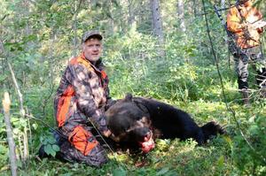 Foto: Ulrika Hedlund. Vid besiktningen mättes omkretsen på björnens huvud till 86 centimeter, vilket enligt Hans Ekengren är stort.