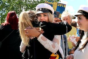 Viktoria Annell omfamnad av en av många gratulanter.