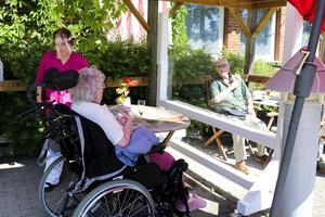Besöken av anhöriga på äldreboenden måste bli möjliga även inomhus, inte bara utomhus med plexiglasskrivor och annat som försvårar hörbarheten och känslan av närvaro, skriver representanter för anhörigföreningar, bland annat Anhörigvårdarföreningen Norrtälje.
