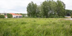 Tomten invid Gamla Hamnvägen är enligt kommunens detaljplan avsedd för småindustri och hantverk – men tas nu i anspråk av en efterlängtad parkeringsplats för tågresenärer.