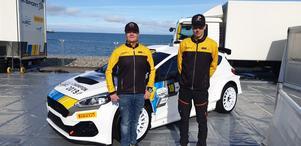 Stefan Gustafsson och Pontus Lönnström framför den Ford Fiesta R5 som är priset i Junior-VM. Pressfoto: Pontus Lönnström Motorsport.
