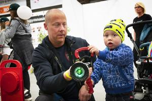 Treårige Viktor Bostedt fick hjälp av pappa Daniel, som lämpligt nog jobbar på räddningstjänsten, att släcka en digital eld.