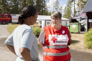 Åsa Älander, Röda korsets stabchef, tar emot demokratiministern och visar henne runt.