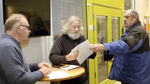 Cirka 75 namnunderskrifter överlämnades då Kjell Söderberg och Karl-Erik Eriksson besökte kommunhuset och träffade , László Gönczi (i mitten).