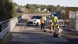 Mopeder och mopedbilar får passera Bergeforsbron under reparationsarbetet och på Trafikverket är man nöjd med hur bra ungdomarna sköter passagen.