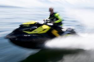 Foto: TT Nyhetsbyrån.Vattenskotrarnas popularitet har ökat på senaste åren. Kritiker menar bland annat att de bullrar och orsakar svallvågor.