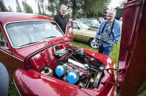 Krister Näslund från Gällö stegade snabbt fram när Curt Sillström öppnade huven på den här Volvo PV 544 sport från 1962