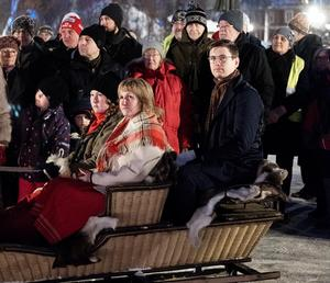 Moras kommunalråd Anna Hed (C) öppnade årets Vinterfest. Här anländer hon till tingshusparken med häst och släde i sällskap med Víkingur Ólafsson. Foto: Nikolaj Lund/Musik i Dalarna