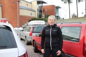 Det är hård konkurrens om de lediga parkeringsplatserna vid Fjärran Höjder. Badchef Johanna Thorsell möter ofta badgäster som frustrerat fått lägga tid på att åka runt och leta en ledig parkeringsplats.