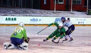 Johannes Siirtola i en annan match när isen faktiskt var spelbar. Bild: Larsgöran Svensson.