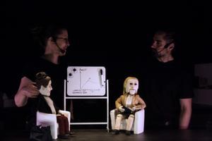 Dockan Tove hos psykologpraktikanten Frida.Foto: Elin Aldén