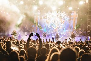 Sabaton spelar under förra årets festival. Det var många i publiken som tryckte sig fram mot scenen.