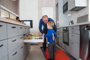 Per Callermo noterar att barnbarnet Noel har hittat kökslådan med godis.