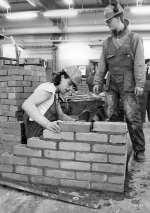 1987 var det dags för byggtävling mellan PC och Hjalmar Strömerskolan igen. Tomas Olsson och Christian Dübbel murade.