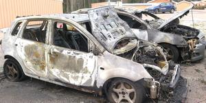 Resultatet av nattens bilbränder på Krusbärsvägen i Sätra. Två bilar blev totalt utbrända.