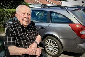"""Sven-Eric Svensson är en ovanligt pigg 100-åring. """"Det ligger generna, min far blev nästan 95 och min farfar blev nästan 100 år"""", säger han."""