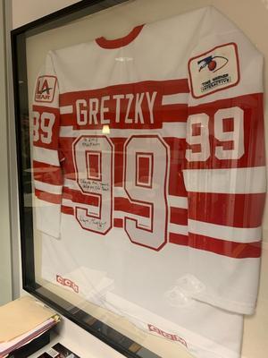 Gretzkys signerade tröja från Ninety Nine All Stars Tour, som hänger på Elefalks kontor. Foto: Privat.