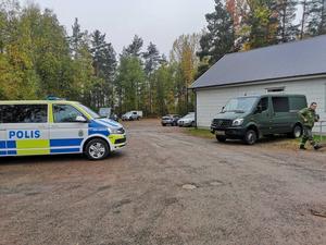 Polis och militär hjälps åt i sökandet.