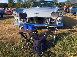 Obligatorisk utrustning - picknickbord och kylväska med matsäck.
