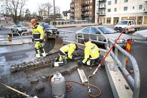 Åtgärderna på Sjötullstorget pågår nu och under tiden hålls ett körfält öppet. – Det är dåligt utfört jobb så vi får lägga om en del gatsten, säger Leffe Mattsson på NCC.