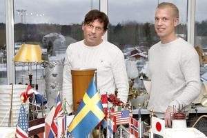 Stefan Karlsson och Mattias Eriksson hjälps åt med logistiken runt om- och tillbyggnaden av hotell Havsbaden.