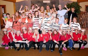 En grupp med några av de många barnm och ungdomar som sedan 1999 deltagit i Musikuls verksamhet.