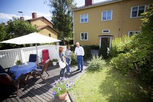 """söker. Amanda och Gurvinder Virk från Storbritannien letar hus i Gävle. De har tittat på 10-15 objekt men har ännu inte funnit det rätta. """"Jag gillar det här men min fru tycker att det är för stort"""", säger Gurvinder Virk om tvåplansvillan på Kaserngatan, som Göran Helgesson visade på lördagen."""