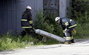 Gastuber eller tryckkärl som de också kallas blir farliga vid bränder. Här drar två brandmän ett tryckkärl i säkerhet vid en brand på en bilskrot i Iggesund.