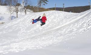 Tidig snö glädjer inte bara skidåkare utan även lekande barn som testar konstsnöbackarna på stadion i Bruksvallarna.