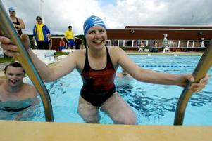 En glad Ellenor Engberg kliver upp ur bassängen efter ett pass.