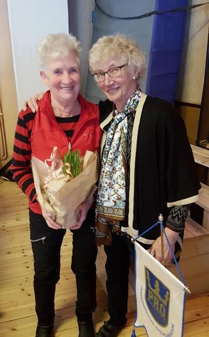 Yvonne Dahlsten har slutat som förtroendevald och uppvaktades av ordförande Anita Nordén.Foto: Åke Nilsson