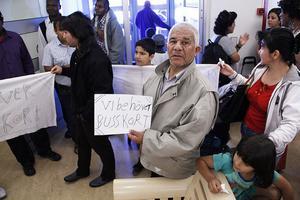 Asylsökande demonstrerade i Migrationsverkets väntrum mot de indragna busskorten.
