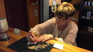 Anki Norberg delar ut nycklar på Hotell Mysoxen i Sveg.