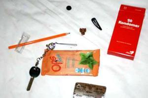 Saker som polisen hittade på parets rum vid tillslaget. Bild: Polisens förundersökning