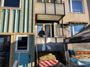 Det pågår jobb kring fastigheten på Storgatan där branden startade.