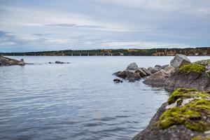 Fosforhalten har ökat de senaste åren i Sannsundet. Men de ansvariga för fiskodlingen utanför Hoverberg hävdar att fiskodlingen inte är den enda utsläppskällan. Därför vill bolaget ta vattenproverna för fosforanalys på ett annat ställe i sjön.