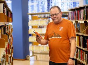 Som pensionär hoppas Pentti Pitkänen få mer tid över för litteraturen. Under den kommande flygturen till Thailand där han ska hålla lektioner på tre universitet, tänker han ge sig i kast med fjolårets nobelpristagare i litteratur. Foto: Annika Persson