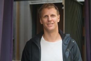 På besök i Örebro i somras. Då var Calle Gunnarsson nyopererad, och kämpade för att komma tillbaka. Nu står han en matchserie ifrån Stanley cup-final.