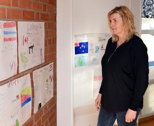 –  Här integreras barn från andra länder jättesnabbt, berättar Anna Mörk, som här studerar några av barnens affischer med fakta om sina ursprungsländer.