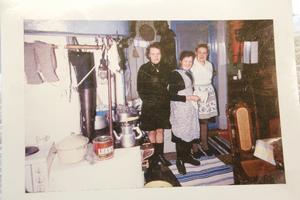 Kalles mamma Linnea, moster Alma och mormor Anna i köket.