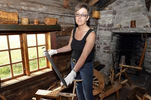 Ulla Back visar upp det gamla vikingasvärdet som finns att se på Särna gammelgård.