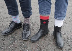 Fotparet till vänster hör till kommunalrådet Fredrik Rönning, och till höger visar särskolepedagogen Marie Nygren hur hon rockat sockorna.