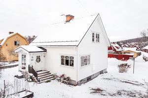 Boende där allt är renoverat, fjärrvärme, tak, fönster, dränering, bytt fasad och tilläggsisolerat. Foto: Kristofer Skog.