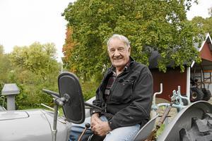 Vem kan slå Bertil Mattsson från Österby i Sorunda i plöjningstävlingen för veterantraktorer? Det får man se i Rosenhill, norr om Sorunda, på lördag.