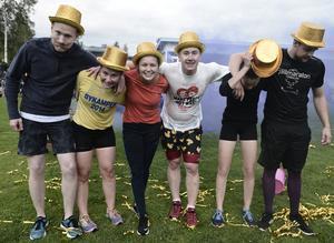 Så här ser årets vinnarlag ut, Vemhån,  i de välförtjänta guldhattarna. Martin Wåhlin Kämpedal, Michaela Bäckström, Marielle Bodin, Erik Färnlund, Oliva Bodin och Fredrik Tjärnås.