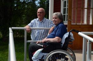 erik Hagström har skrivit boken om Storbron och överlämnade den till Martha Larsen i samband med att hon nyligen fyllde 90 år.