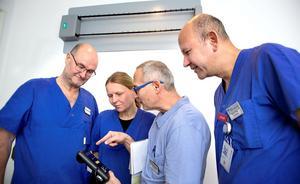 Per Gustafsson, Edith Kadar, Laszlo Kadar och Maher Abbas studerarhur luftrenaren på väggen påverkar luften i vårdsalen.