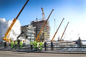 Många nyfikna  var på plats på torsdagsmorgonen för att se när fyra kranar med stor precision lyfte ner ett 90 meter långt rör i hamnbassängen. Röret är en vattenledning som ska leda dagvatten till en reningsanläggning som ska byggas under en brygga i hamnen.